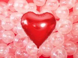 Czerwony balon foliowy w kształcie serca