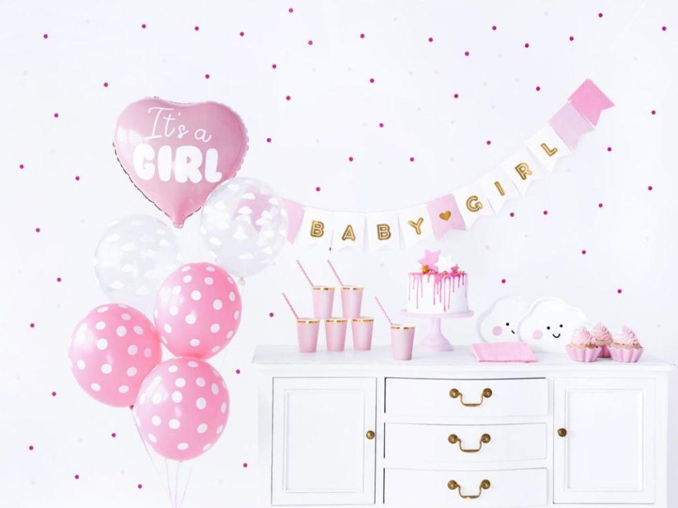 Pokój urządzony na różowo na baby shower
