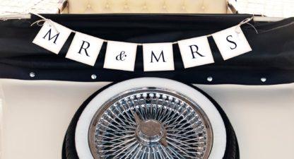 """Baner z czarnym napisem """"MR & MRS"""""""