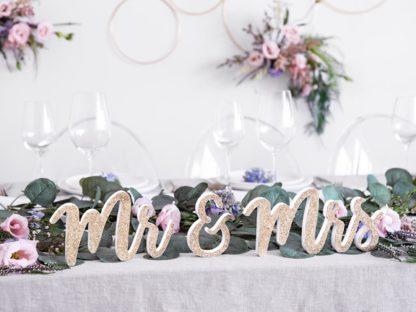 "Drewniany napis ""Mr&Mrs"" na stole"