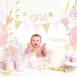 Pierwsze urodziny udekorowane zestawem dekoracji w różowym kolorze