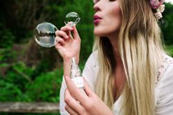 Kobieta robiąca bańki mydlane