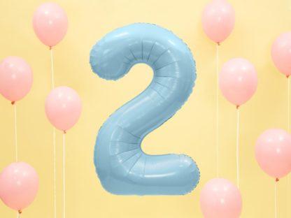 Różowe baloniki i niebieski balon foliowy w kształcie cyfry 2