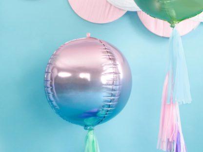 Balon foliowy w kształcie kuli na niebieskim tle