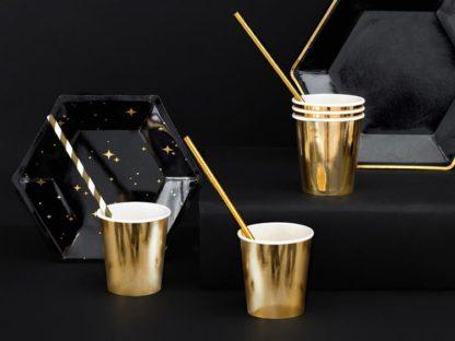 Złote kubeczki papierowe i czarne talerzyki