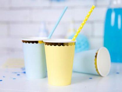 Żółty i niebieskie kubeczki papierowe