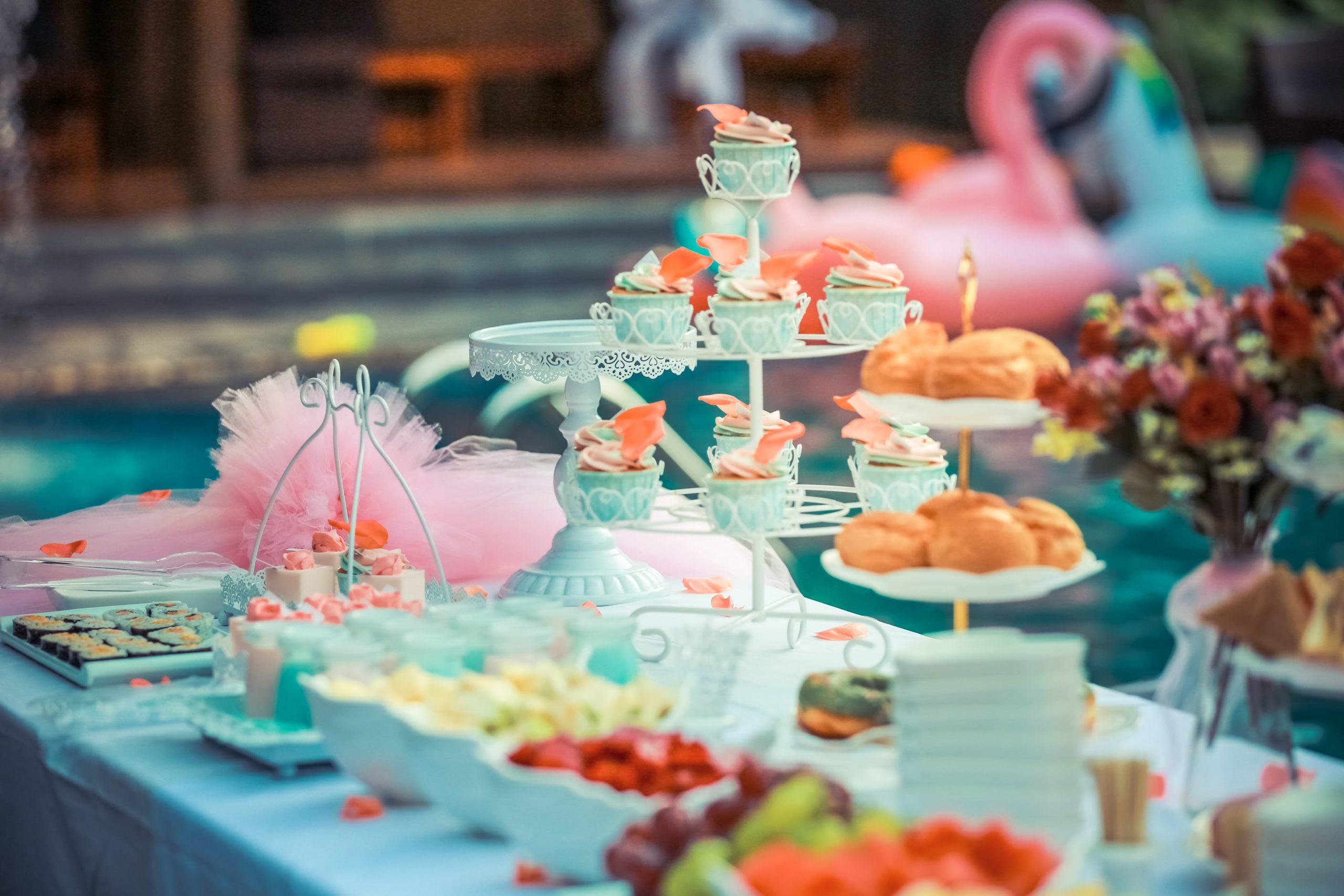 Kolorowe dekoracje na imprezie