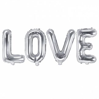 """Srebrne balony foliowe w kształcie liter układające się w napis """"love"""""""