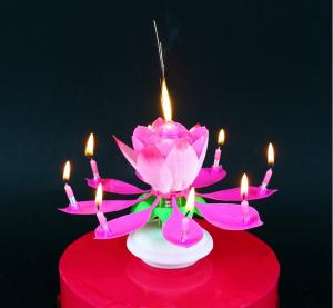 Świeczka w kształcie rozkładającego się kwiatka