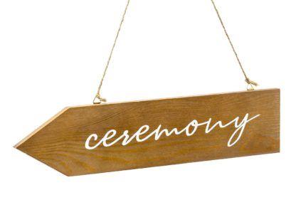 """Drewniany drogowskaz z białym napisem """"ceremony"""""""