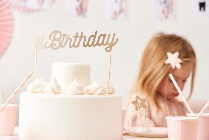 """Tort z topperem w kształcie napisu """"1st birthday"""""""