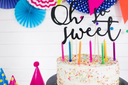 """Czarny topper """"oh so sweet"""" na torcie urodzinowym"""