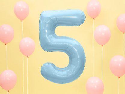Niebieski balon foliowy w kształcie cyfry 5
