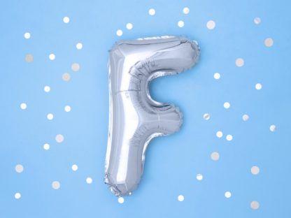 Srebrny balon foliowy w kształcie litery F