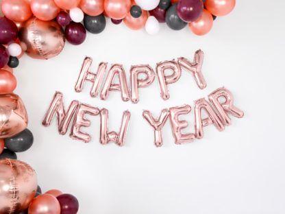 Napis z balonów liter w kolorze różowego złota