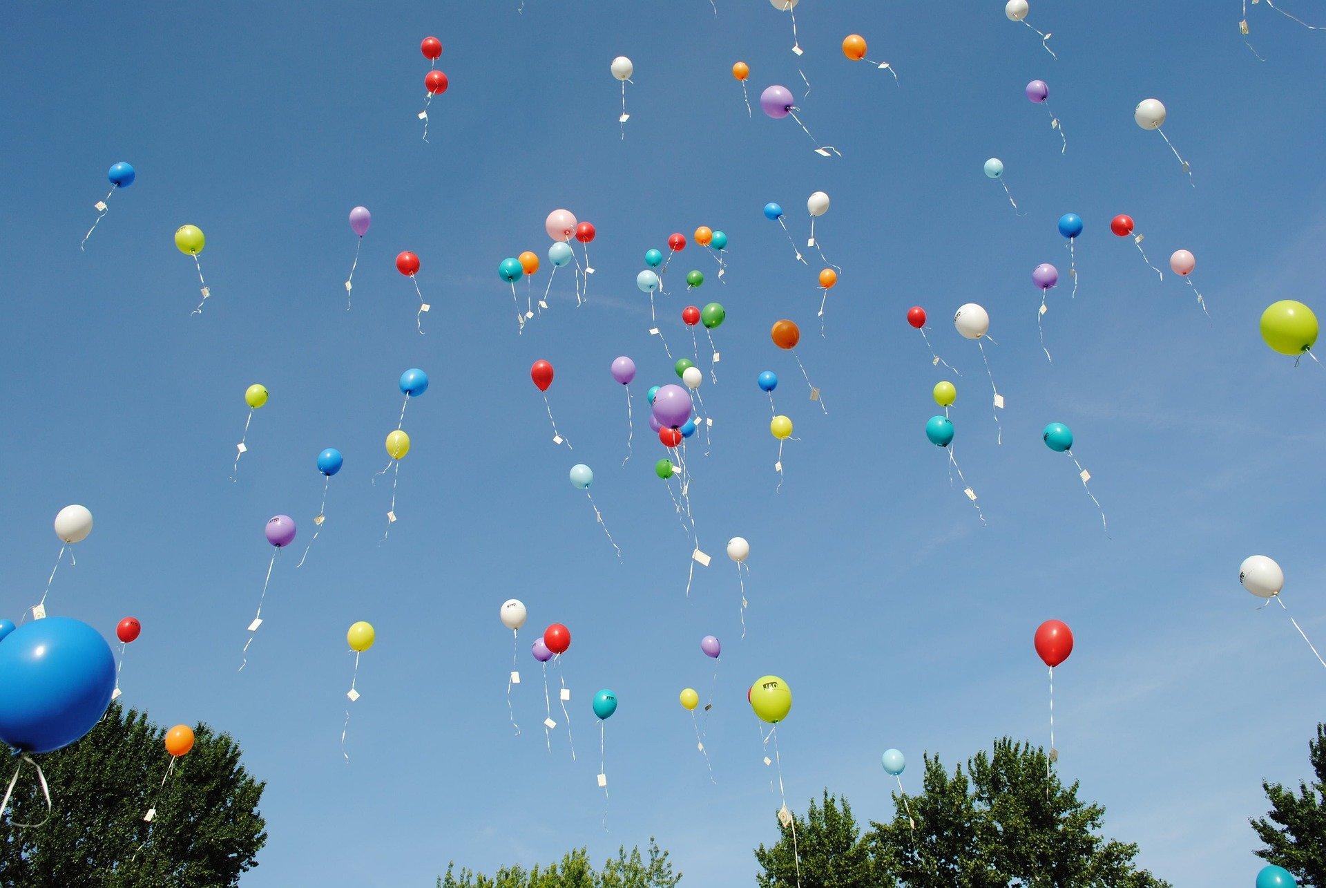 Balony unoszące się na niebie