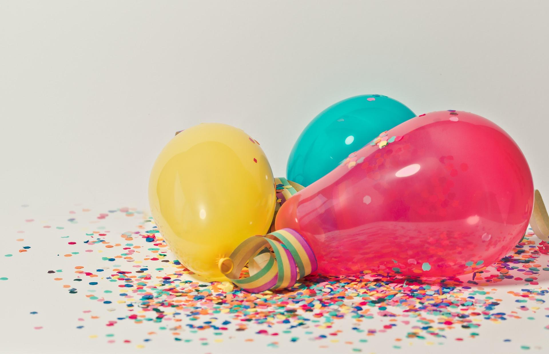 Balony leżące na konfetti