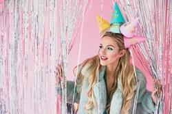 Kobieta w kolorowych czapeczkach papierowych na urodziny