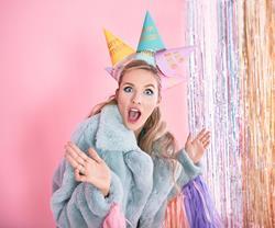 Kobieta w czapeczkach urodzinowych