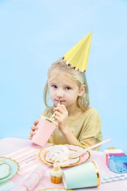 Dziewczynka w żółtej czapeczce papierowej