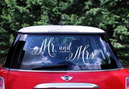 Białe naklejki na samochód pary młodej naklejone na szybie