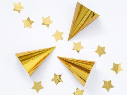 Trzy złote czapeczki papierowe i gwiazdki