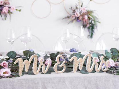 """Złoty napis """"Mr&Mrs"""" wykonany z drewna"""