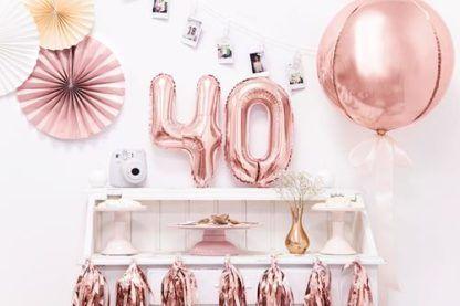 Balon foliowy w kształcie kuli oraz balony w kształcie cyfr 4 i 0