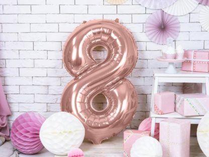 Różowe złoto balon foliowy w kształcie cyfry 8 na ziemi