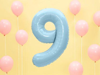 Niebieski balon foliowy w kształcie cyfry 9 i różowe baloniki