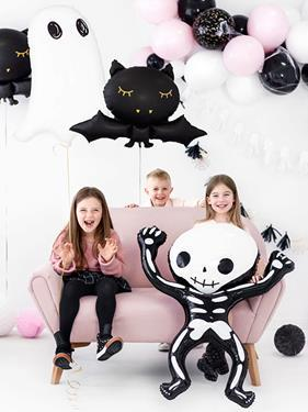 Dzieci z dekoracjami w kształcie nietoperzy, duchów i kościotrupów