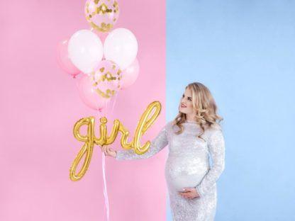 Kobieta w ciąży z zestawem balonów