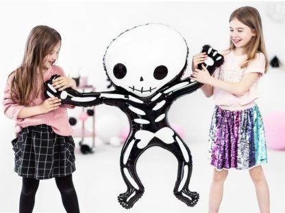Dziewczynki z balonem foliowym w kształcie szkieletu człowieka