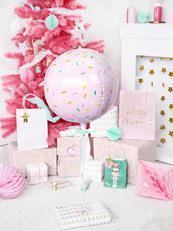 Balon foliowy w kształcie kuli i prezenty