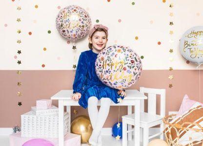 """Dziewczynka z balonem foliowym w kwiatki i z napisem """"sto lat"""""""
