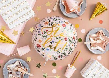 Balon foliowy urodzinowy i papierowe naczynia na stół