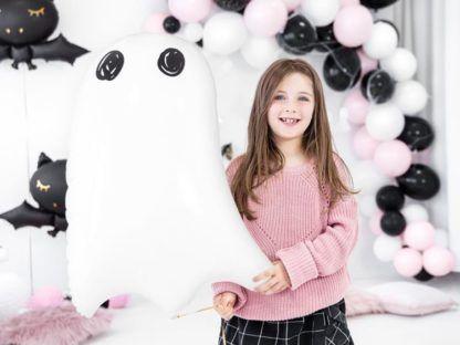 Dziewczynka z balonem foliowym w kształcie ducha