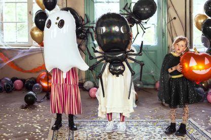 Dzieci z balonami foliowymi w kształcie duchów i innych stworzeń