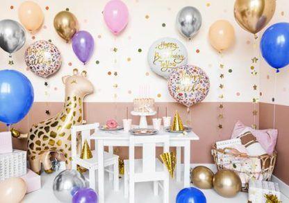 Przyjęcie urodzinowe z różnymi balonami foliowymi