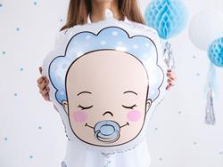 Kobieta z balonem foliowym z chłopcem