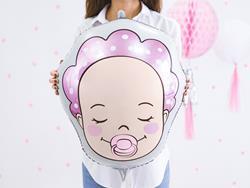Kobieta z balonem foliowym w kształcie dziewczynki