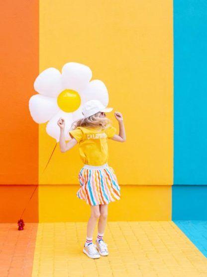 Dziewczynka z balonem foliowym w kształcie stokrotki