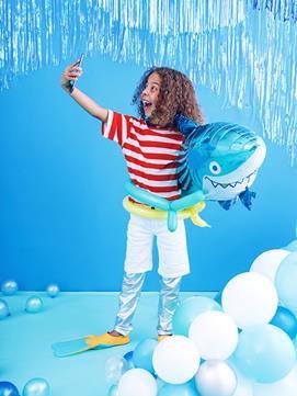Chłopiec z balonem foliowym w kształcie rekina
