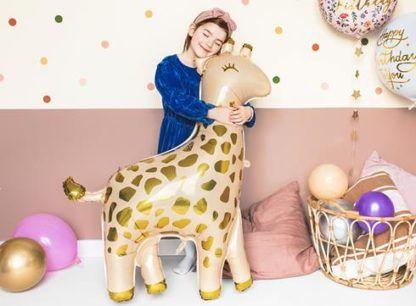 Dziewczynka z balonem foliowym w kształcie żyrafy