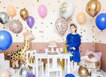 Dziewczynka w otoczeniu balonów foliowych