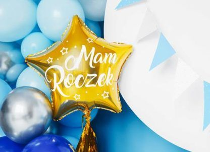 """Złoty balon w kształcie gwiazdki z napisem """"mam roczek"""" i niebieskie balony foliowe"""