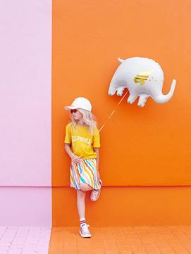 Dziewczynka z balonem foliowym w kształcie słonika