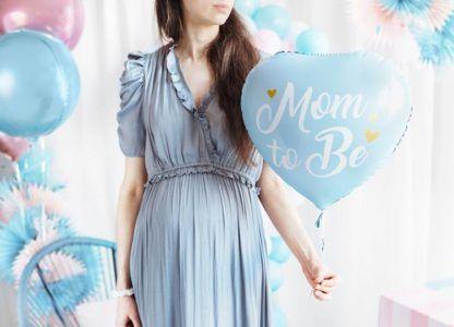 Kobieta z niebieskim balonem foliowym w kształcie serca