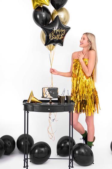 Kobieta z czarnymi i złotymi balonami