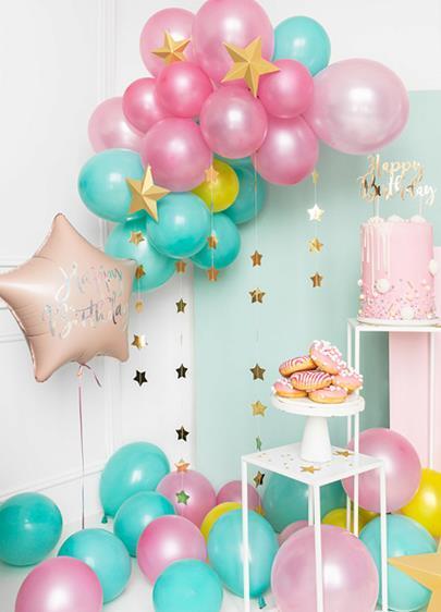 Dekoracje z balonów foliowych w kolorach różu i błękitu
